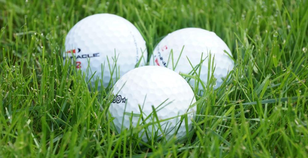 Drei Golfbälle auf dem Fairway