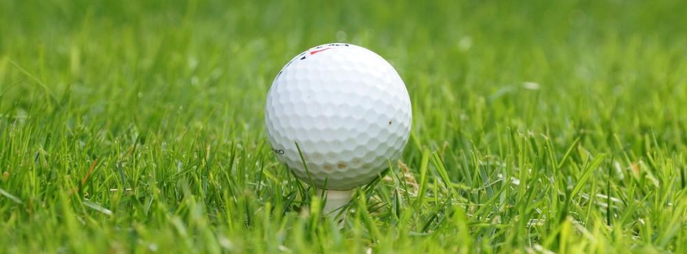 Golfball auf einem Tee