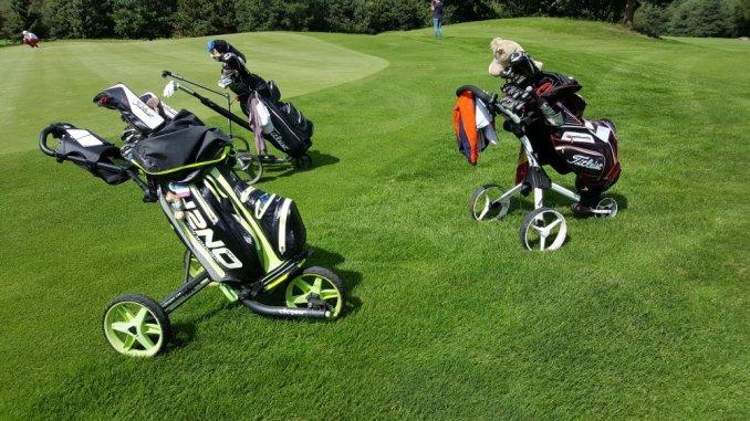 Golftrolleys vor dem Grün auf einem Golfplatz