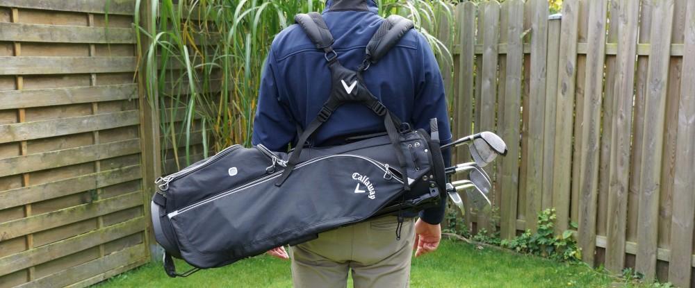 Golfer trägt das Callaway Hyper Lite Tragebag auf dem Rücken