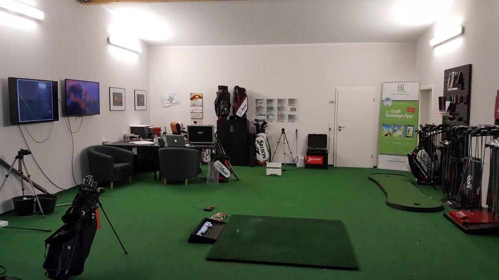 Golfunterricht mit Video Analyse in einer Abschlagbox